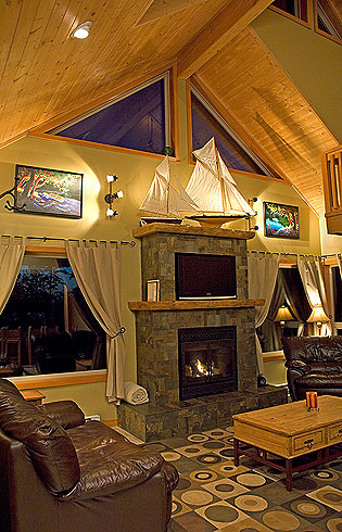 Tranquil Accommodations, Tofino Vacation House, Three bedrooms, two baths, full kitchen, fireplace,tv. Close to everything Tofino.